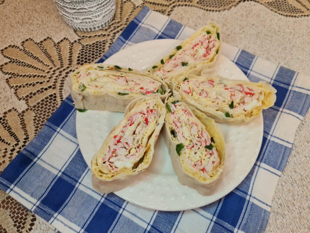 Фото рецепта - Рулетики из лаваша с сыром, зеленым луком и крабовыми палочками - шаг 5