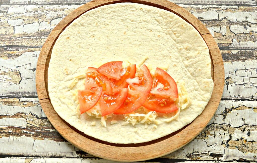 Фото рецепта - Кесадилья с сыром и помидором - шаг 3