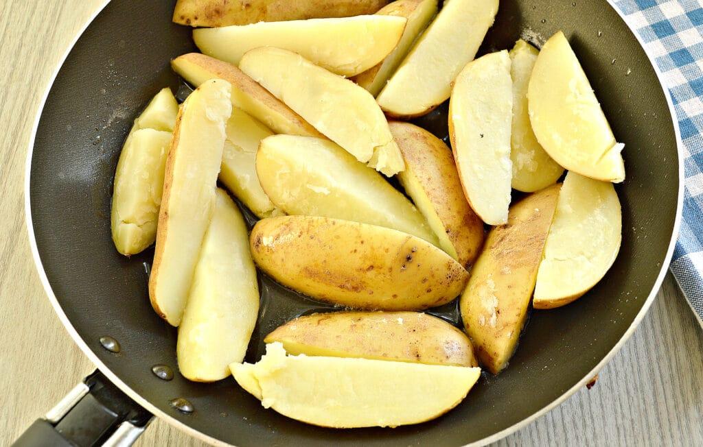 Фото рецепта - Картофель по-деревенски на сковороде - шаг 3