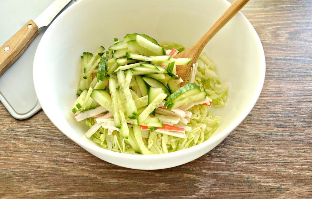 Фото рецепта - Салат с молодой капустой, морковкой по-корейски и крабовыми палочками - шаг 3