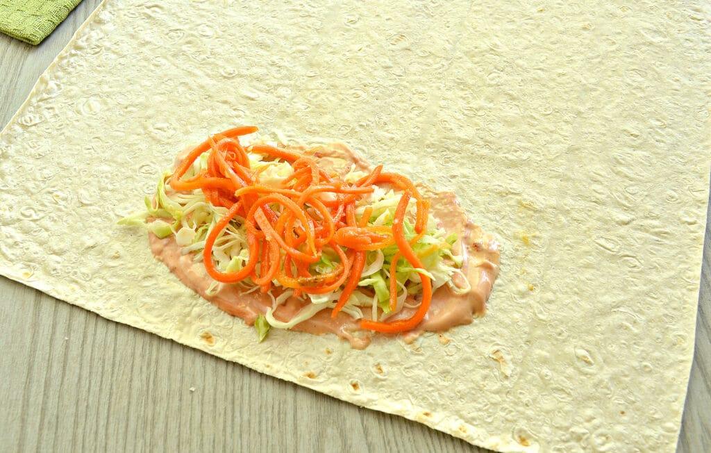Фото рецепта - Ход дог в лаваше с морковкой по-корейски - шаг 3