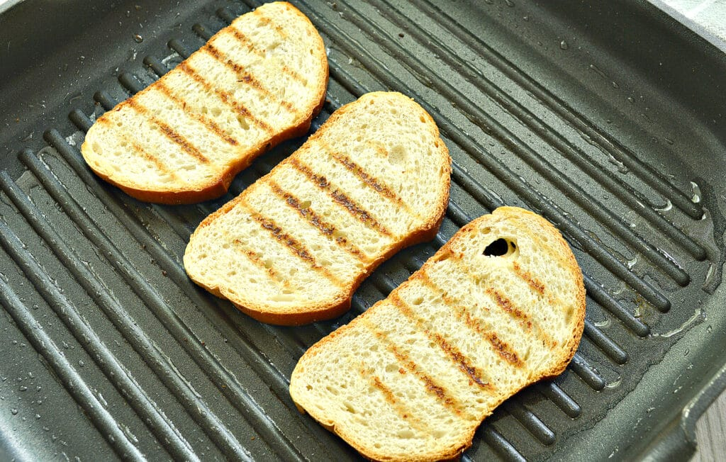Фото рецепта - Бутерброды с авокадо, творогом и свежим огурцом - шаг 3