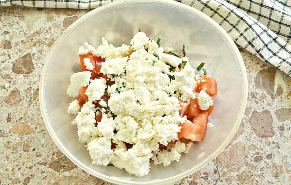 Фото рецепта - Салат из свежего помидора с творогом - шаг 3
