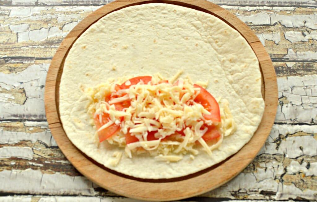 Фото рецепта - Кесадилья с сыром и помидором - шаг 4