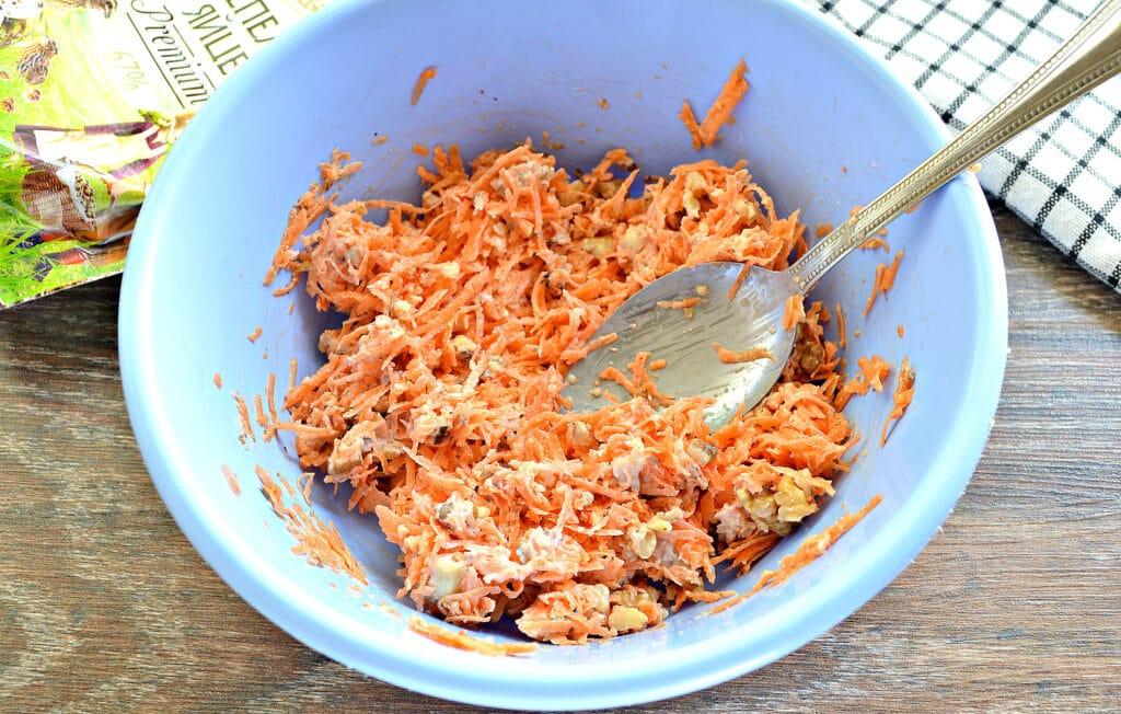 Фото рецепта - Морковный салат с орехами и чесноком - шаг 4