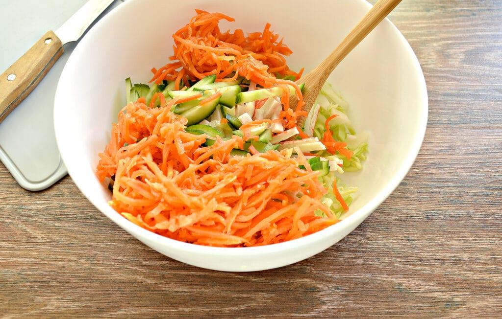 Фото рецепта - Салат с молодой капустой, морковкой по-корейски и крабовыми палочками - шаг 4