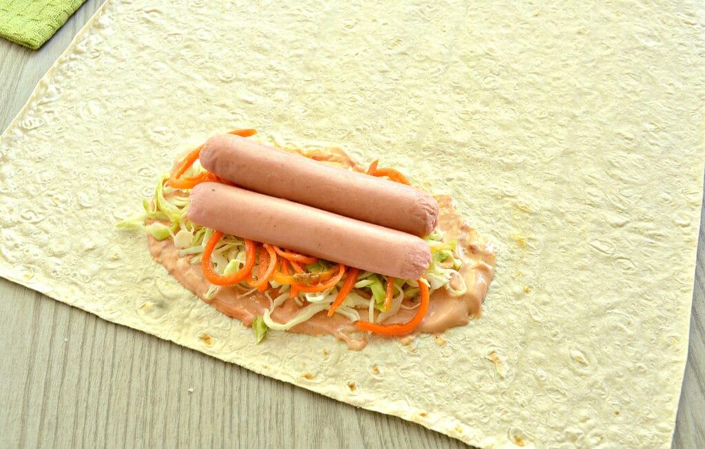 Фото рецепта - Ход дог в лаваше с морковкой по-корейски - шаг 4