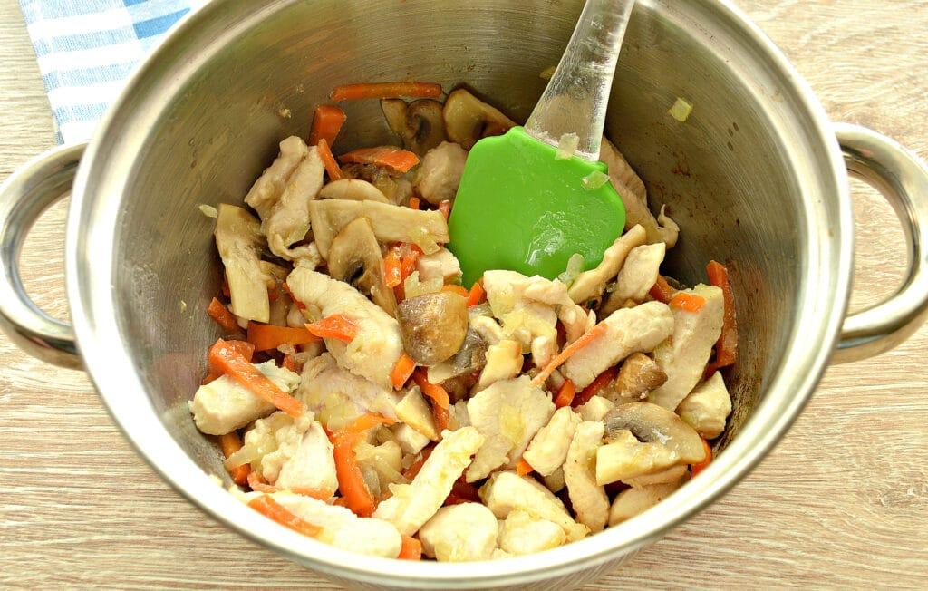 Фото рецепта - Куриное филе, тушенное с грибами и картофелем - шаг 4