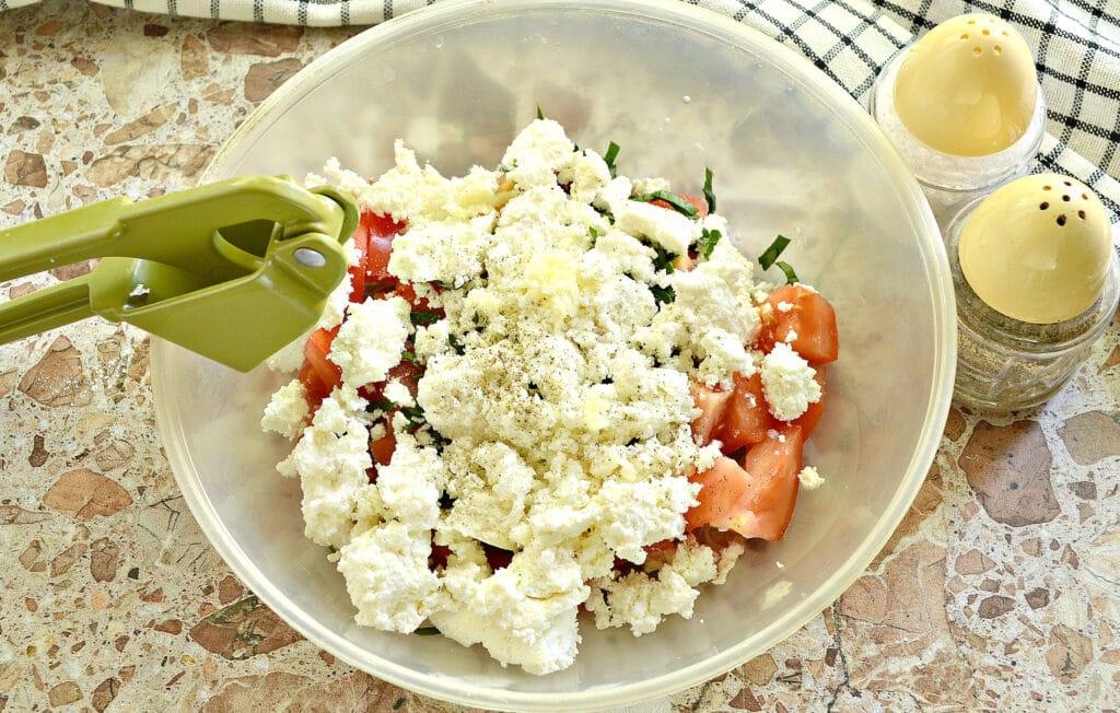 Фото рецепта - Салат из свежего помидора с творогом - шаг 4