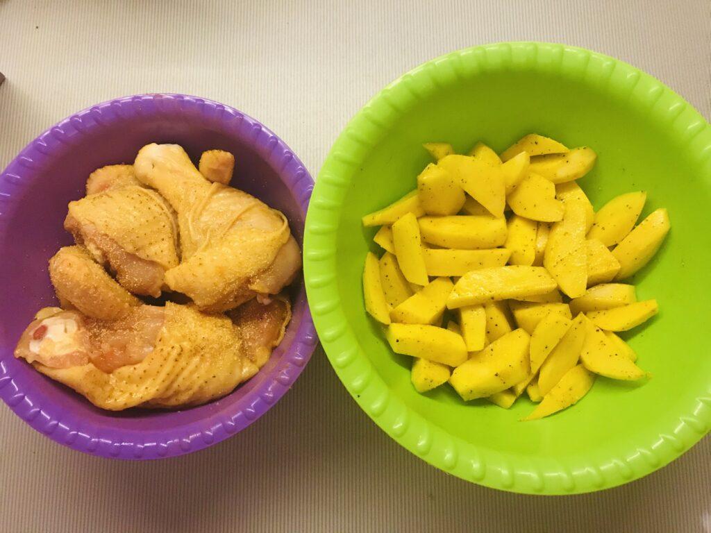 Фото рецепта - Запечённая курочка с картофелем в фольге - шаг 3