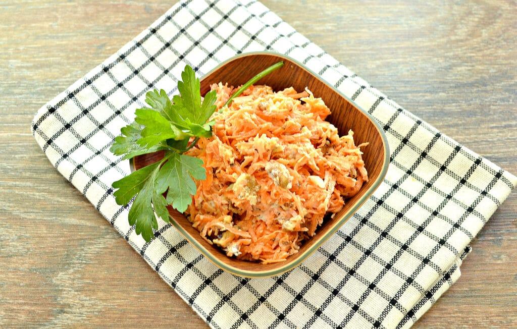Фото рецепта - Морковный салат с орехами и чесноком - шаг 5