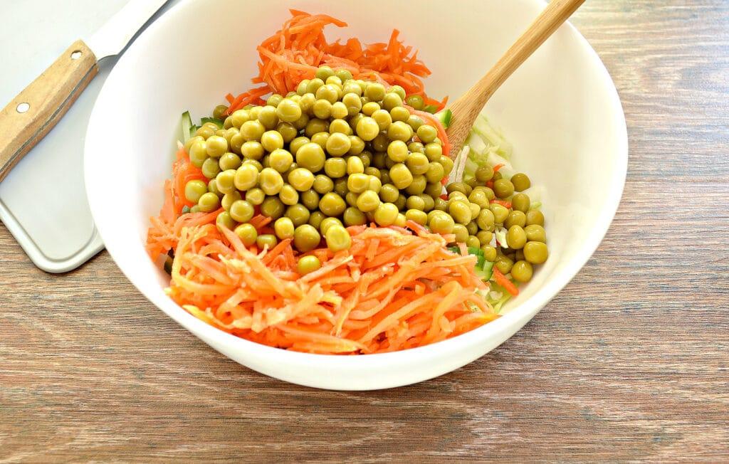 Фото рецепта - Салат с молодой капустой, морковкой по-корейски и крабовыми палочками - шаг 5