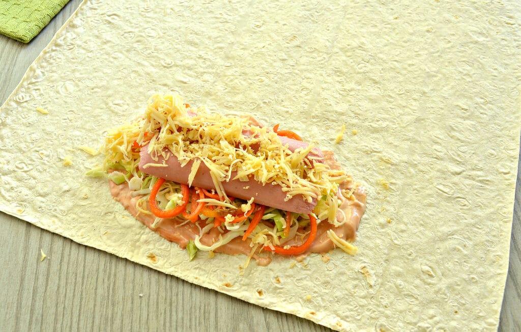 Фото рецепта - Ход дог в лаваше с морковкой по-корейски - шаг 5