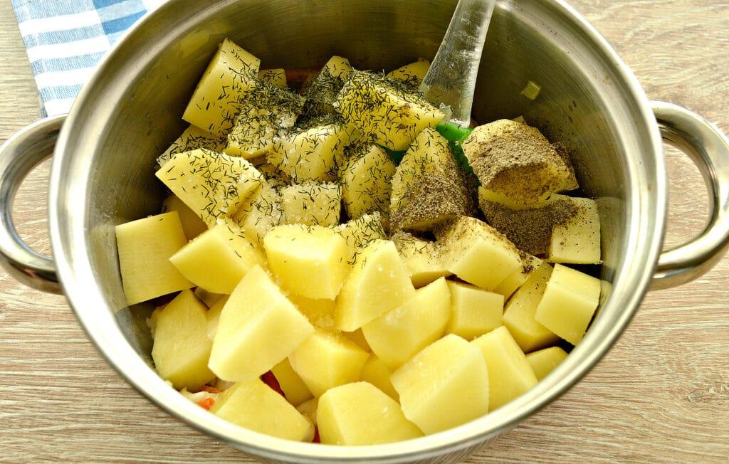 Фото рецепта - Куриное филе, тушенное с грибами и картофелем - шаг 5