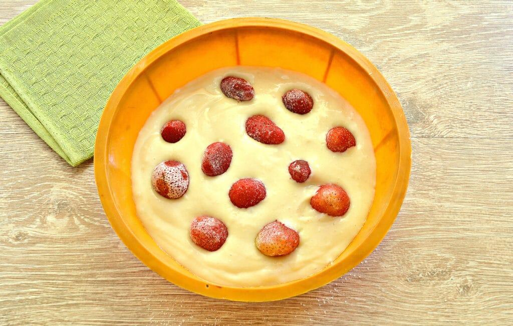 Фото рецепта - Шарлотка на кефире с замороженными ягодами - шаг 5