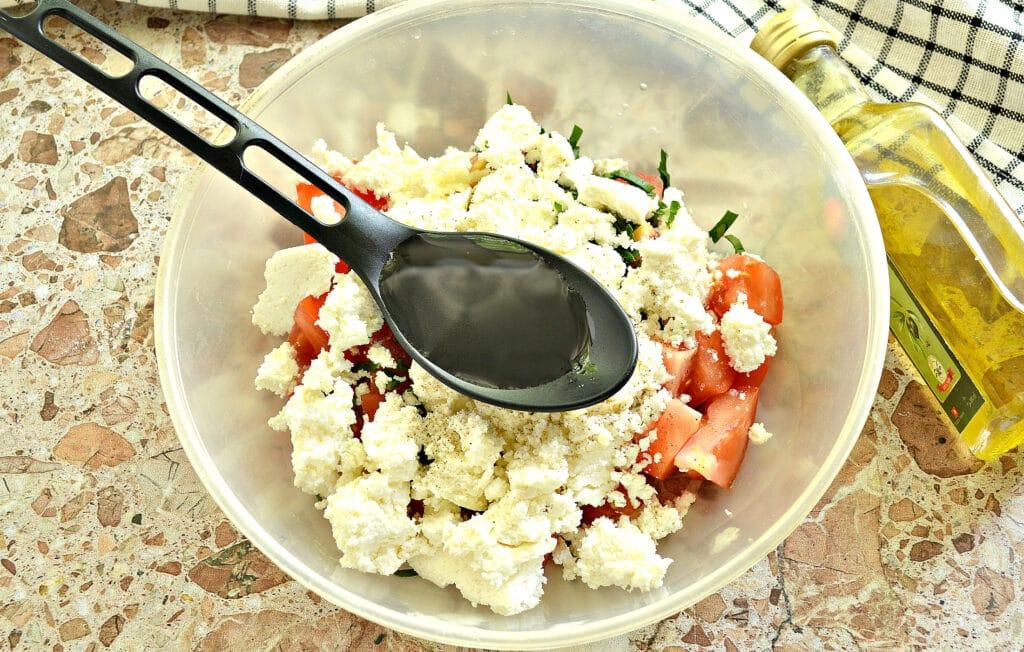 Фото рецепта - Салат из свежего помидора с творогом - шаг 5