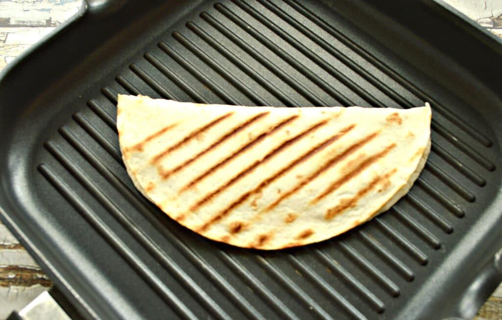 Фото рецепта - Кесадилья с сыром и помидором - шаг 6