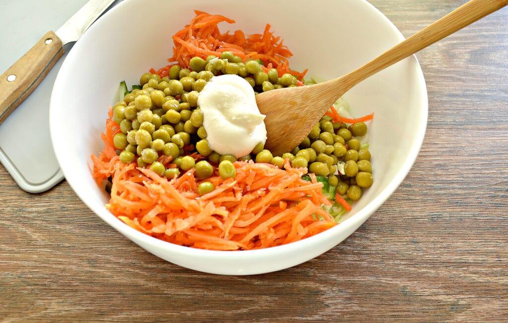 Фото рецепта - Салат с молодой капустой, морковкой по-корейски и крабовыми палочками - шаг 6