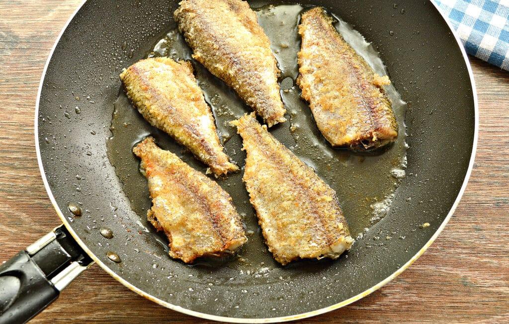 Фото рецепта - Рыба, жаренная в панировке на сковороде - шаг 6