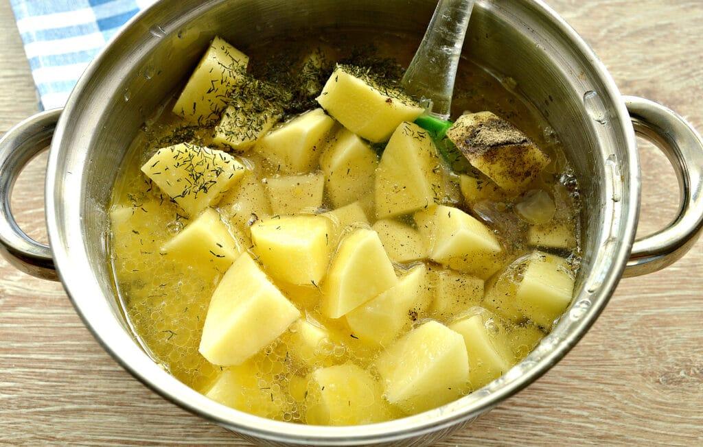 Фото рецепта - Куриное филе, тушенное с грибами и картофелем - шаг 6