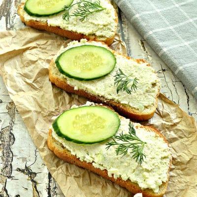 Бутерброды с авокадо, творогом и свежим огурцом - рецепт с фото