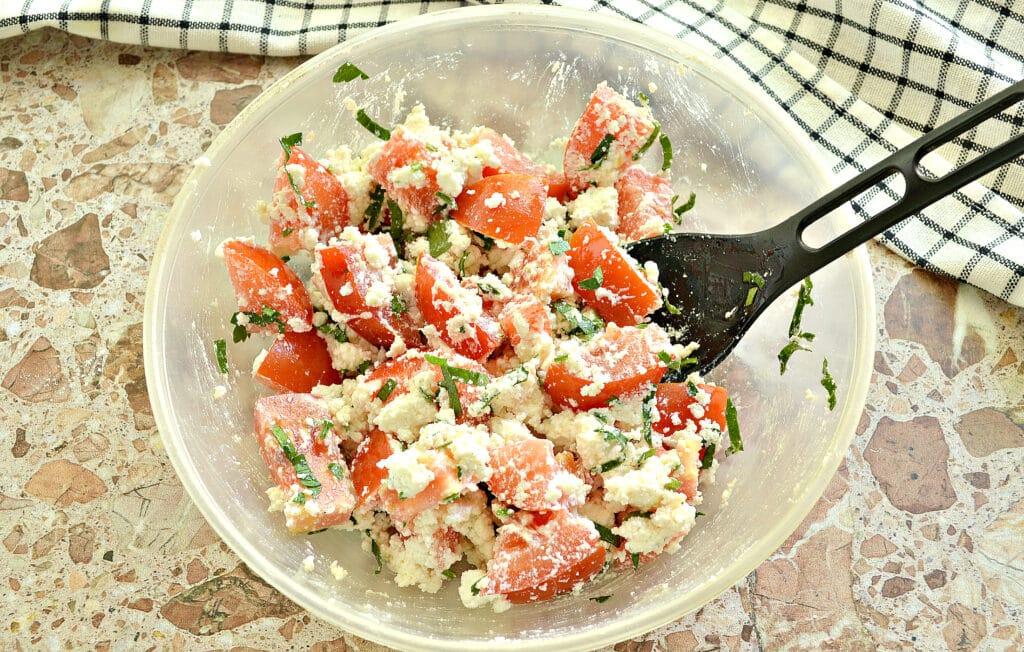 Фото рецепта - Салат из свежего помидора с творогом - шаг 6