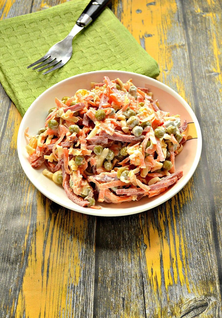 Салат с морковью и колбасой