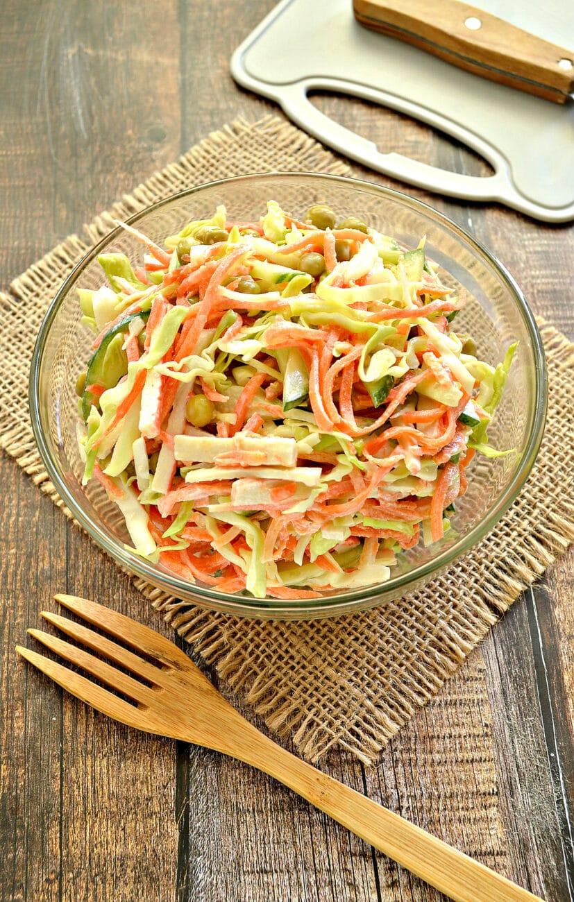 Салат с молодой капустой, морковкой по-корейски и крабовыми палочками