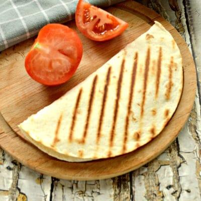 Кесадилья с сыром и помидором - рецепт с фото