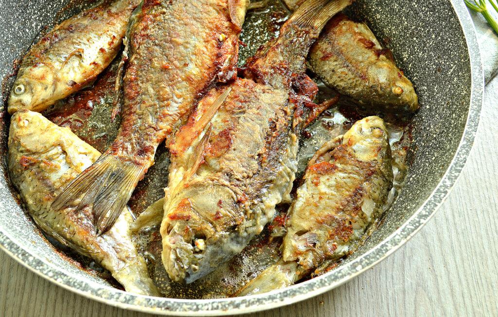 Фото рецепта - Жареные караси в специях на сковороде - шаг 7