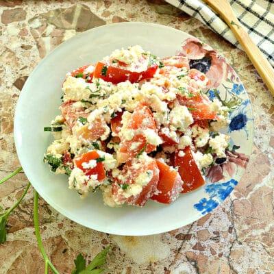 Салат из свежего помидора с творогом - рецепт с фото