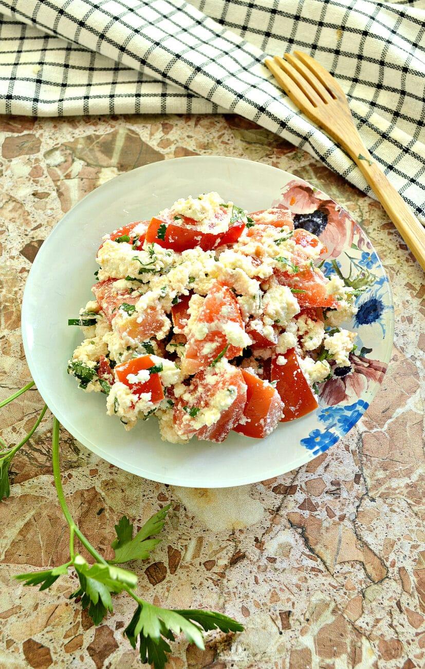 Салат из свежего помидора с творогом