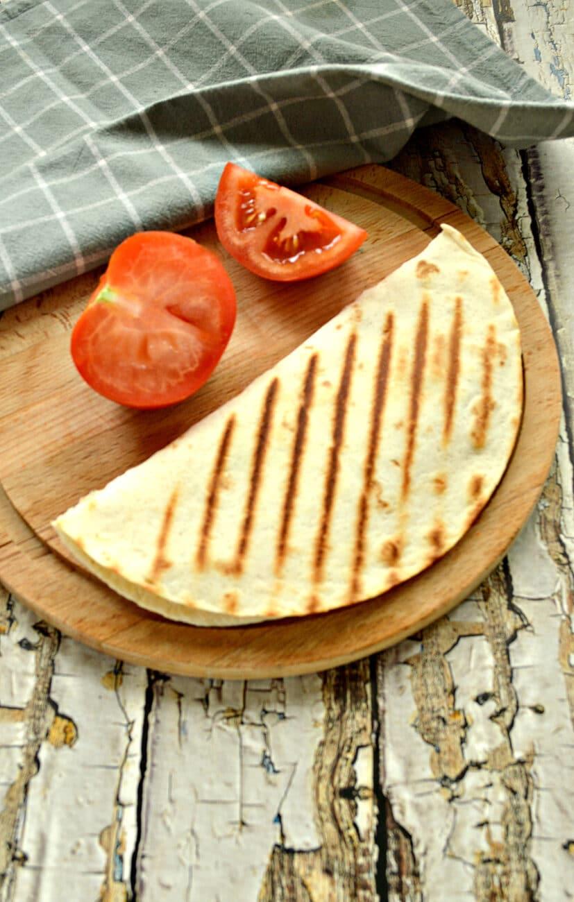 Кесадилья с сыром и помидором