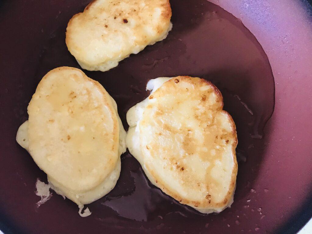 Фото рецепта - Творожные оладушки на кефире - шаг 4