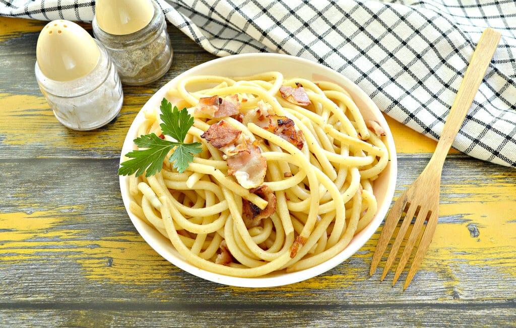 Фото рецепта - Макароны с беконом на сковороде - шаг 8