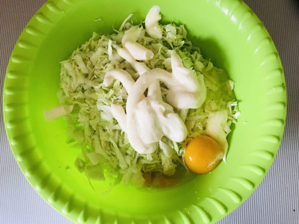 Фото рецепта - Торт из молодой капусты с сырной начинкой - шаг 2