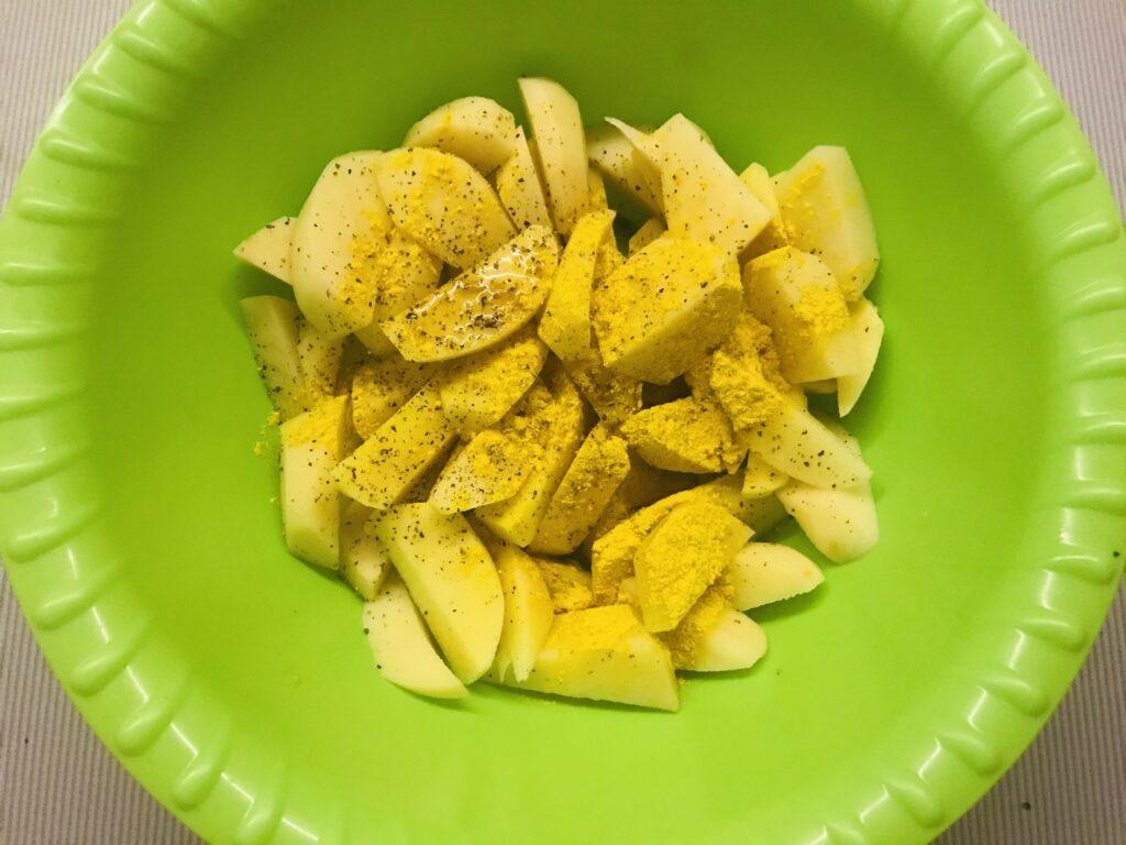 Фото рецепта - Запечённая курочка с картофелем в фольге - шаг 2