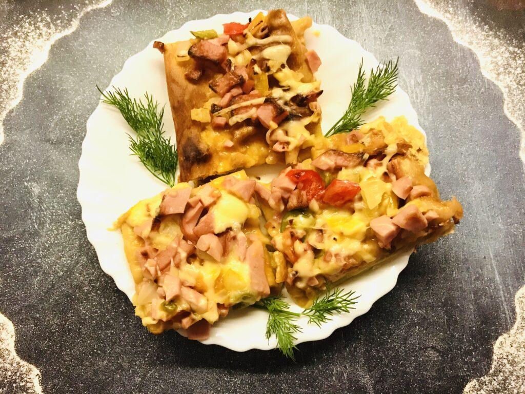 Фото рецепта - Домашняя пицца с овощами и варёной колбасой - шаг 10