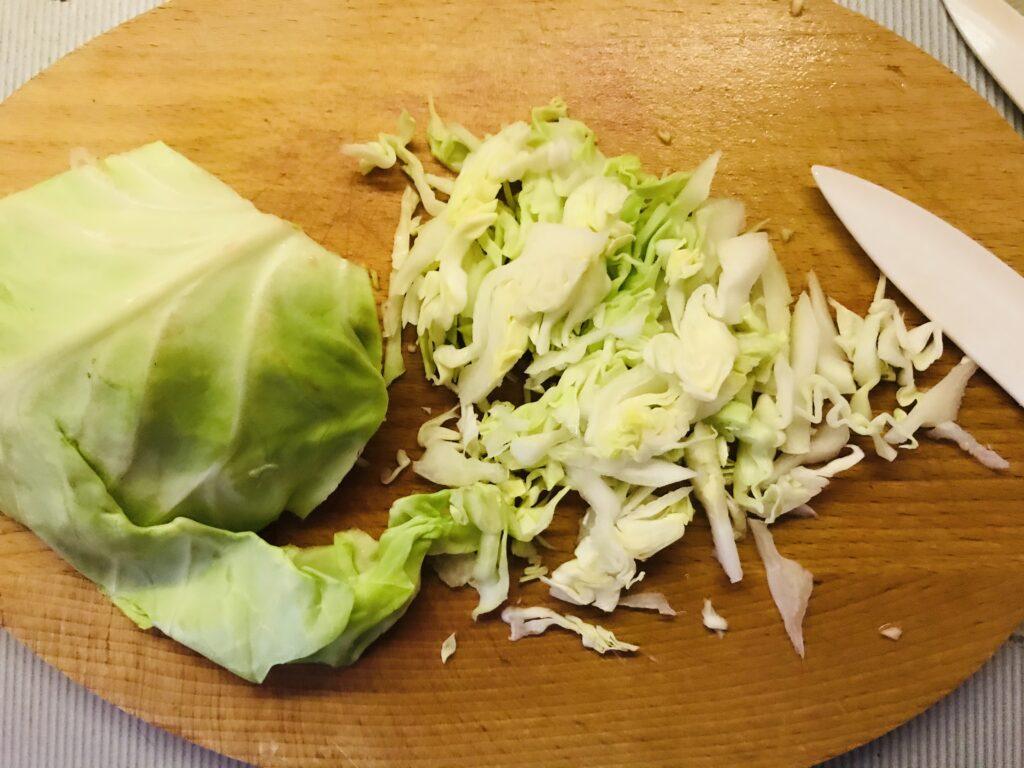 Фото рецепта - Красный борщ с молодой капустой на бульоне из домашней курицы - шаг 6
