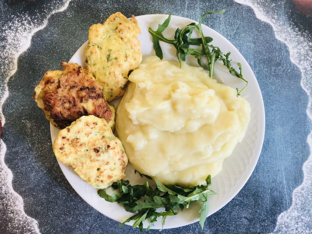 Фото рецепта - Оладьи из рубленого куриного филе и кабачков - шаг 6