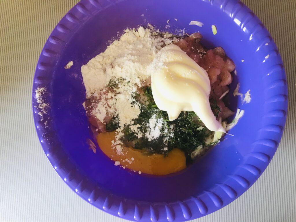 Фото рецепта - Оладьи из рубленого куриного филе и кабачков - шаг 4