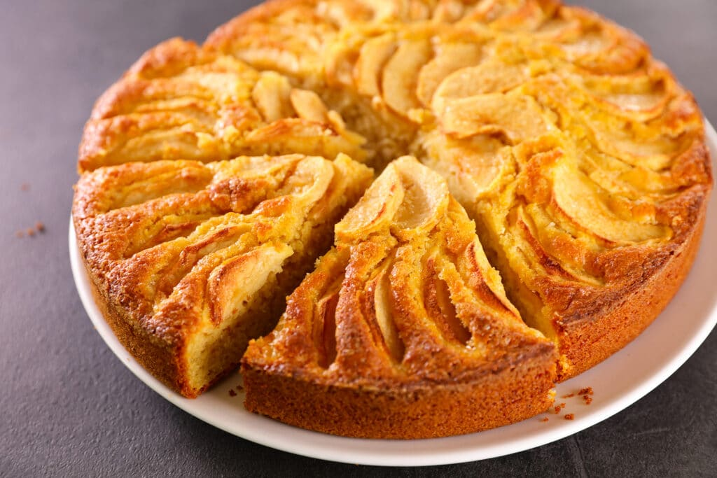 Фото рецепта - Бисквитный пирог с яблоками - шаг 9