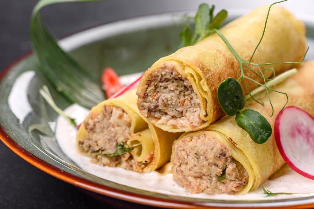 Фото рецепта - Блины с мясом в виде рулетиков - шаг 10