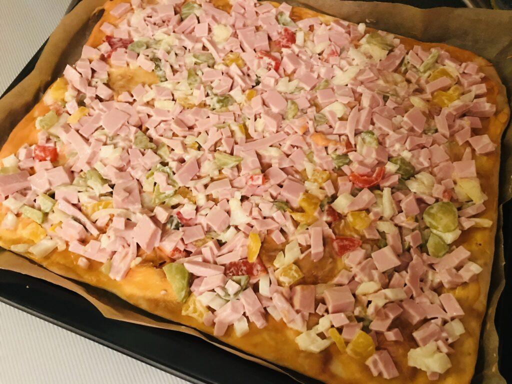 Фото рецепта - Домашняя пицца с овощами и варёной колбасой - шаг 8