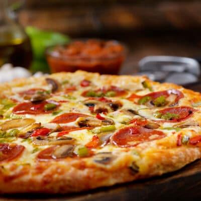 Чесночная пицца с колбаской и помидорами