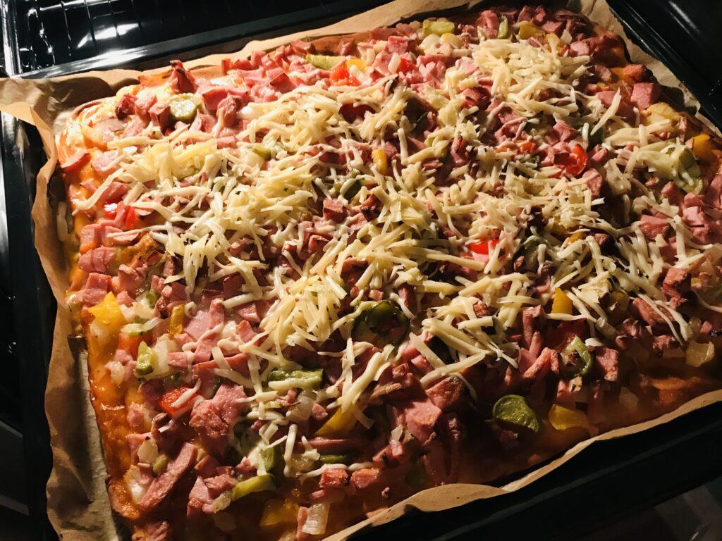 Фото рецепта - Домашняя пицца с овощами и варёной колбасой - шаг 9