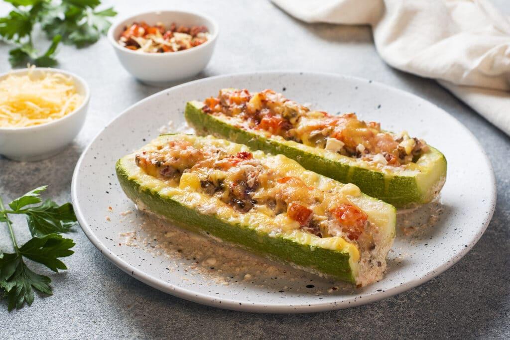 Фото рецепта - Фаршированные лодочки из кабачков с курицей и грибами - шаг 10