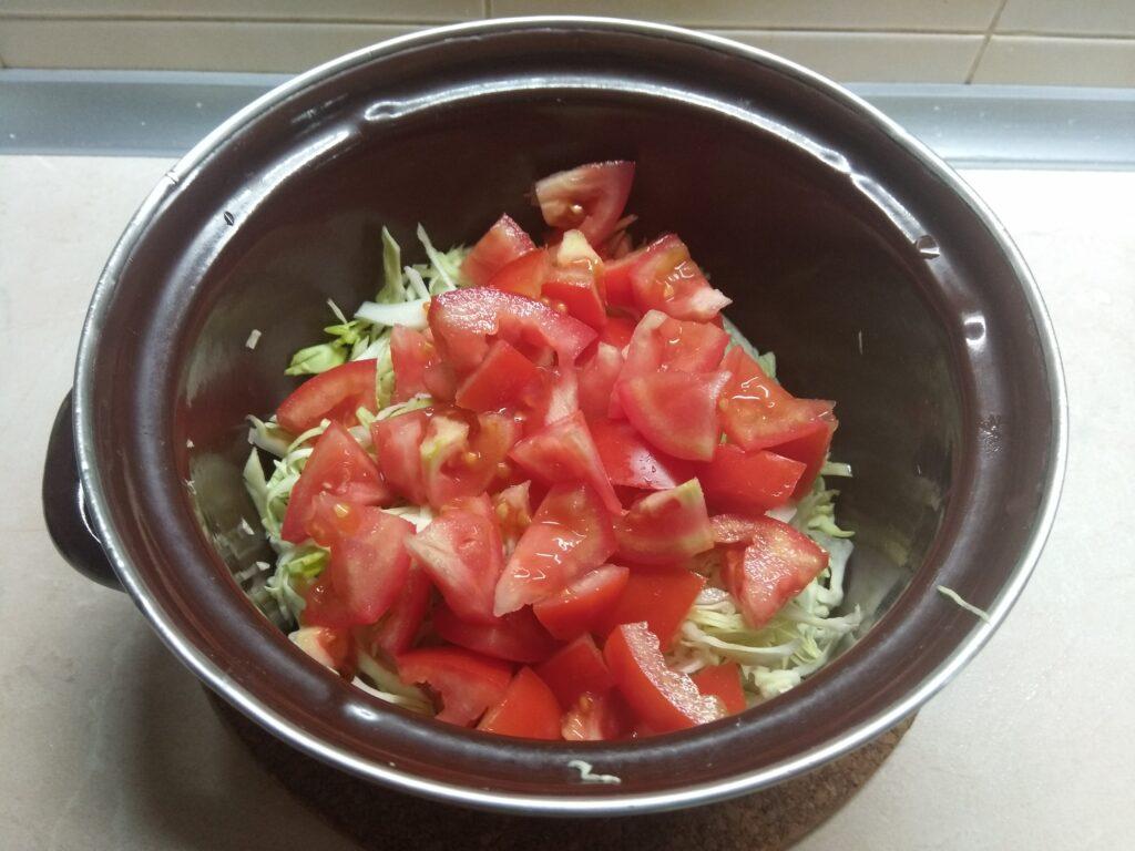 Фото рецепта - Салат из свежих овощей с брынзой - шаг 3