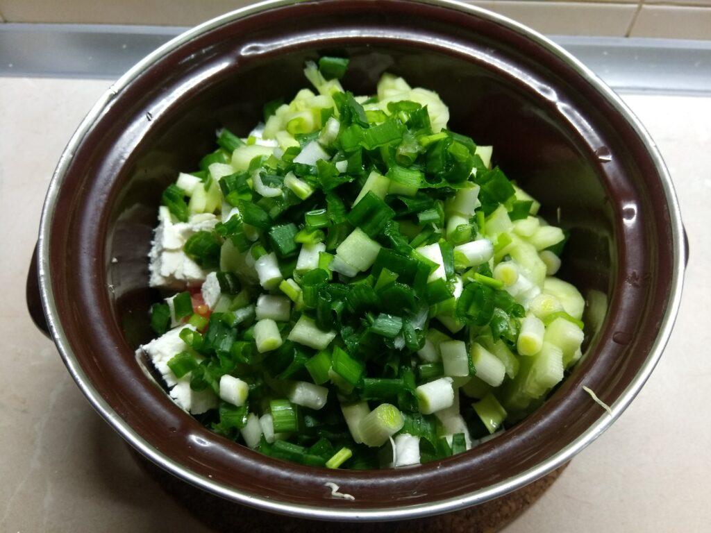 Фото рецепта - Салат из свежих овощей с брынзой - шаг 5