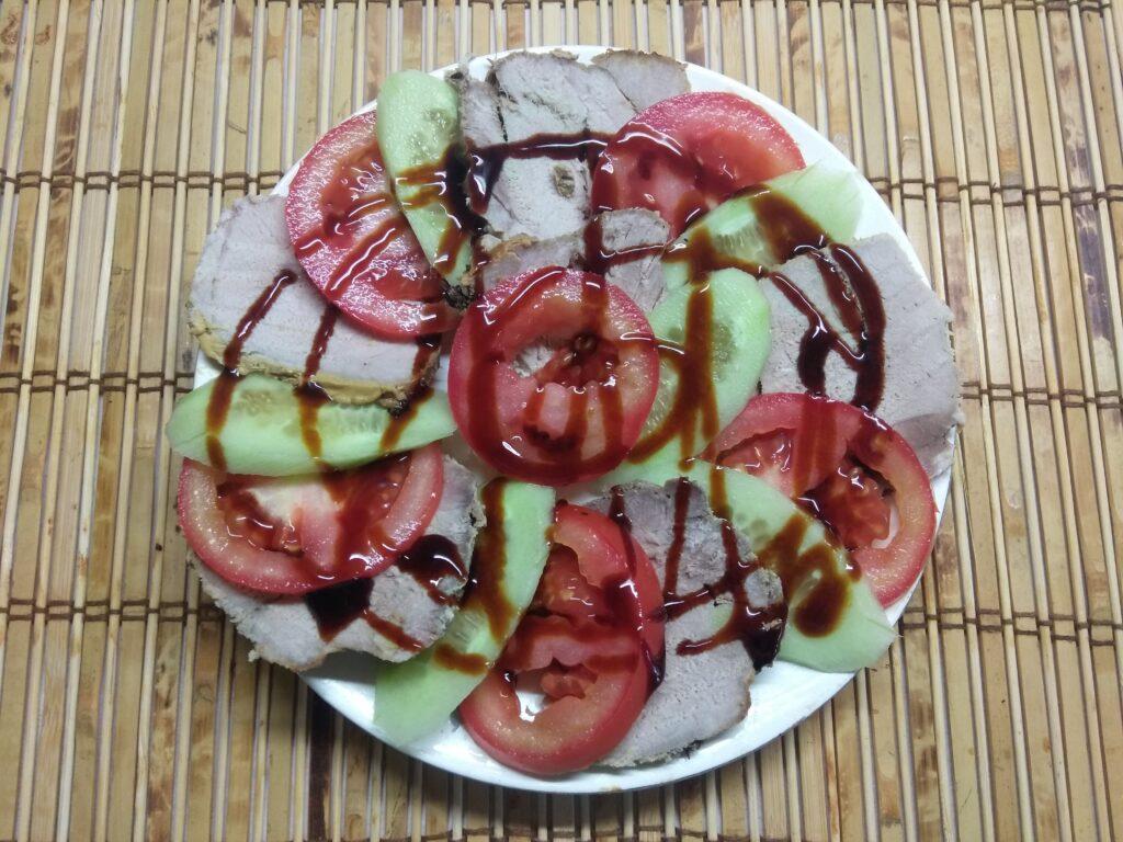 Фото рецепта - Быстрая закуска из буженины, помидоров и огурцов - шаг 5